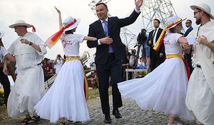 Prezydent Andrzej Duda tańczy na XXII Spotkaniu Młodych Lednica 2000.