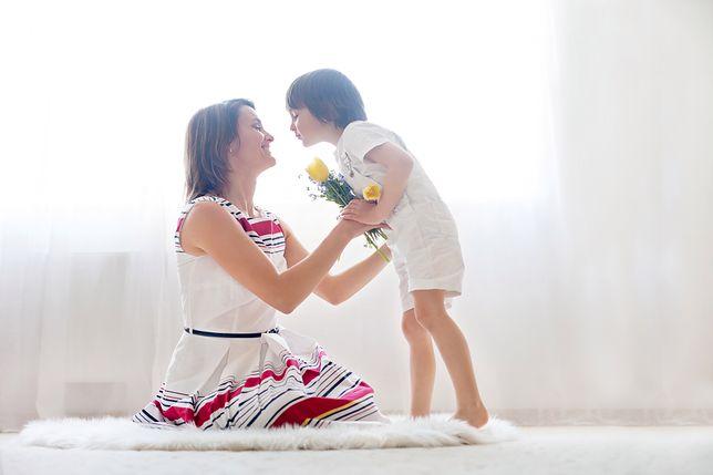 Dzień Matki – zabawne życzenia oraz wierszyki. Zapoznaj się z naszą listą życzeń na Dzień Matki gotowych do wysłania na kartce lub w formie wiadomości SMS