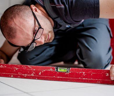 Precyzyjne zaplanowanie remontu podłogi nie jest łatwe. Wstępnie możesz to zrobić sam, gdy jednak termin prac będzie się zbliżał, warto skonsultować się z fachowcami.