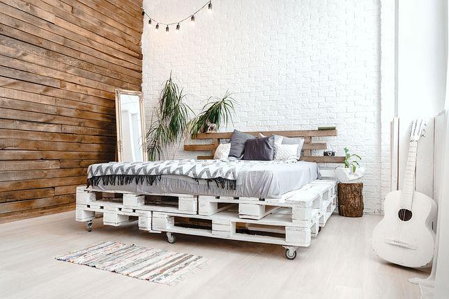 Łóżko z palet to ciekawy sposób na funkcjonalny mebel DIY.