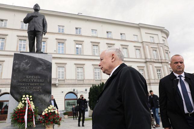 Miesięcznica smoleńska. Jarosław Kaczyński złożył kwiaty pod pomnikiem Lecha Kaczyńskiego
