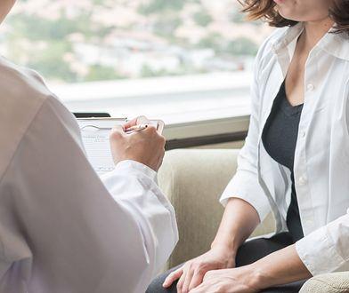 Kobieta chce iść do ginekologa, żeby się upewnić