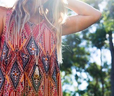 Sukienka w etnicznym stylu idealnie sprawdzi się w czasie wakacji
