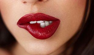Czerwone usta to efektowny, ale i stosunkowo trudny pomysł na makijaż