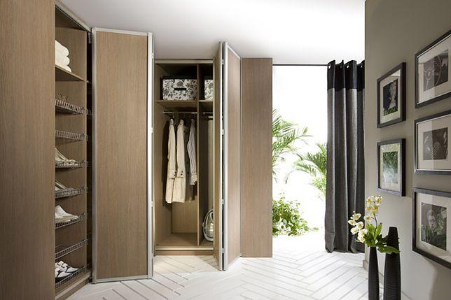 Praktyczne wyposażenie szafy: pantograf, schowek na AGD