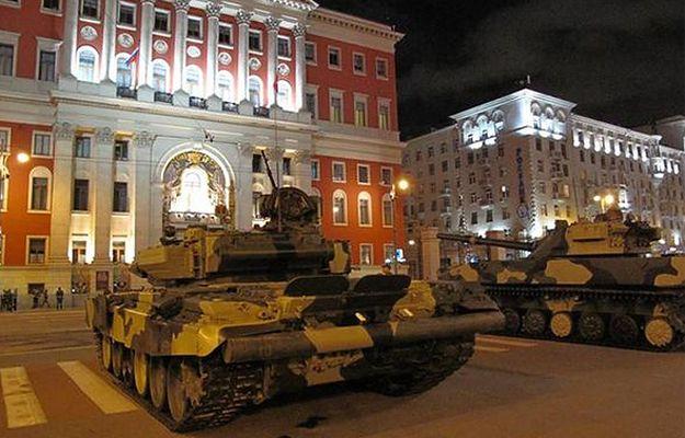 Czołgi i wyrzutnie rakiet na ulicach Moskwy