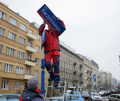 Zarząd Dróg Miejskich demontuje tabliczkę z nazwą ulicy zaproponowaną przez PiS
