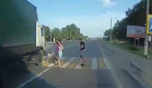 Rosja, tir prawie uderza w dziecko