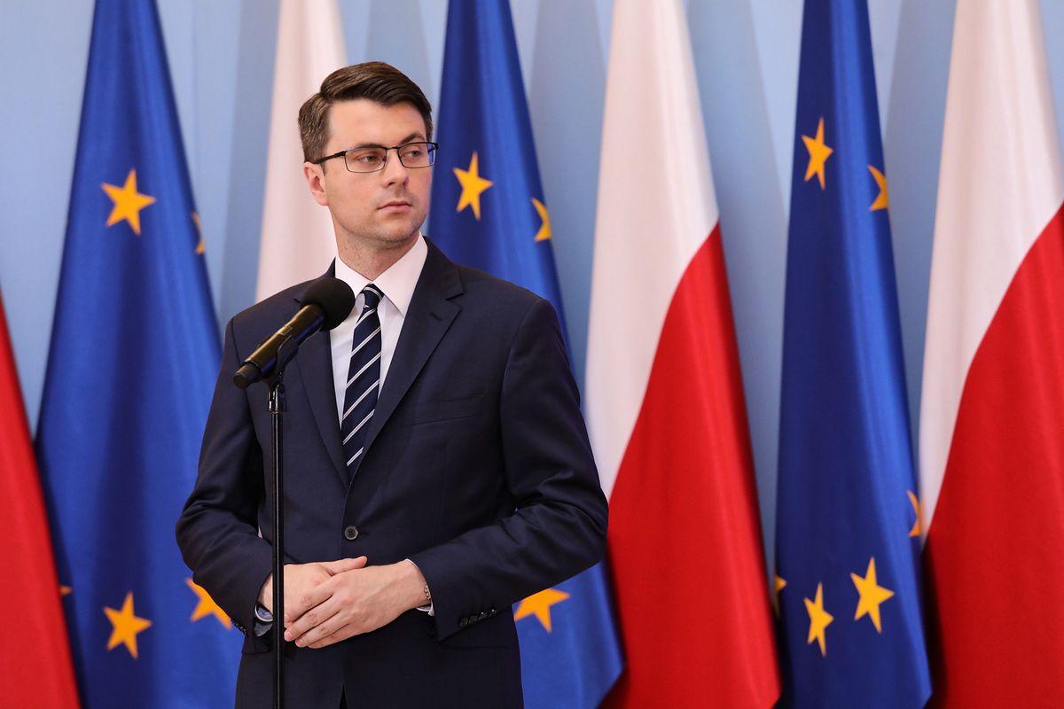 """Piotr Müller dystansuje się do słów Olgi Tokarczuk. """"Politykę migracyjną będziemy prowadzić samodzielnie"""""""