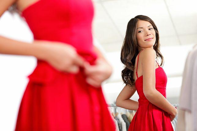 Czerwona sukienka wygląda pięknie na każdej kobiecie
