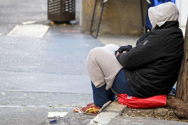 To dla nich najgroźniejszy okres. Jak pomóc bezdomnym zimą?