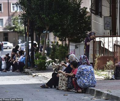 Turcja. Stambuł. Ludzie ewakuowani z budynków czekali na ulicach