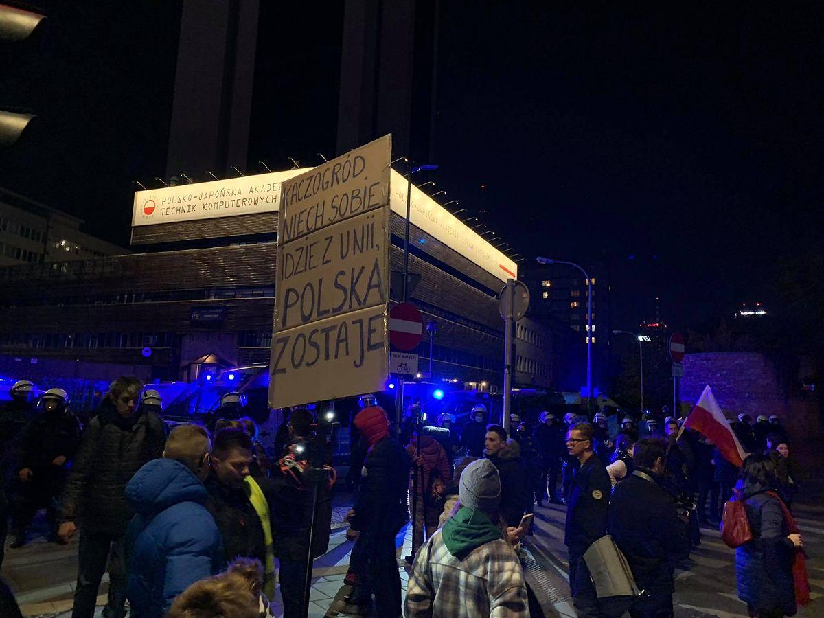"""""""PiS wyprowadza nas z Unii"""". Prounijna manifestacja w Warszawie. Protestujący przeszli przed siedzibę PiS"""