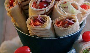 Opiekane roladki z tortilli z warzywami i żółtym serem