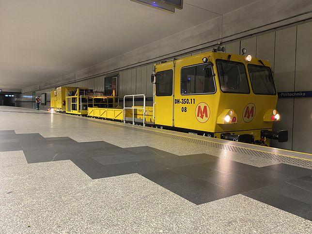 Warszawa. Ogromny odkurzacz czyści metro w nocy
