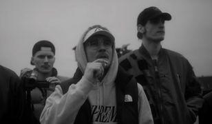 """Pezet, EMAS i Avi w klipie do """"Amber Gold"""". Raper zapowiedział swoją markę CBD"""