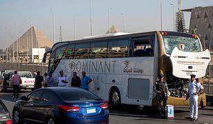 Uszkodzony przez wybuch bomby autokar turystyczny niedaleko piramid w Gizie