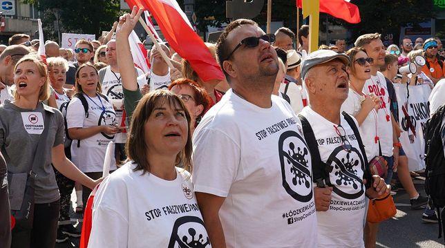 Demonstracja przeciwników ograniczeń związanych z pandemią koronawirusa. Przekaz jest prosty - pandemia jest fałszywa