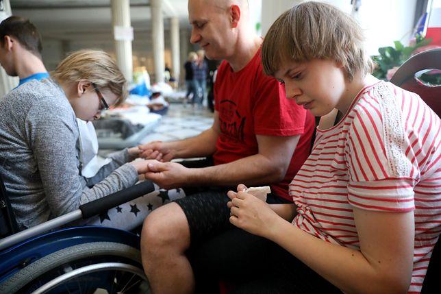 Matka dwóch niepełnosprawnych dziewczyn podkreśla, ze rząd oszukuje społeczeństwo