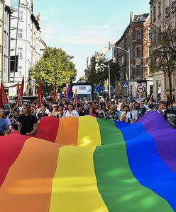 """""""Wszyscy korzystają w Polsce z ochrony prawnej"""". Rząd odpowiada KE ws. uchwał samorządów o """"ideologii LGBT"""""""