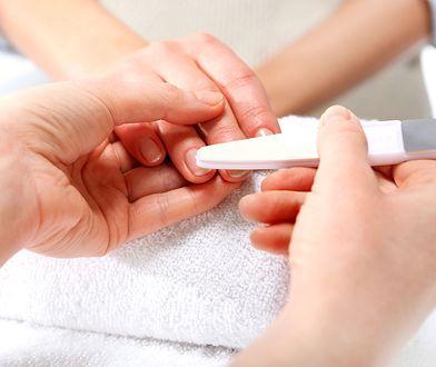 Manicure hybrydowy jest popularną metodą zdobienia paznokci.