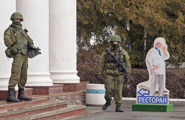 Uzbrojony patrol przy budynku w pobliżu lotniska w Symferopolu