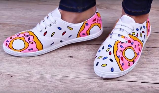 Trampki donuts DIY. Zobacz, jak samodzielnie ozdobić buty
