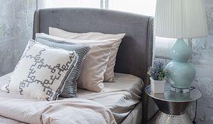 Dodatki w stylu glamour, takie jak stoliki, lampki nocne i tapety ścienne, muszą błyszczeć, bo dzięki temu stwarzają wrażenie luksusu
