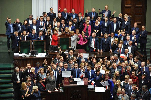 Posłowie opozycji blokują mównicę oraz fotel marszałka na sali plenarnej Sejmu