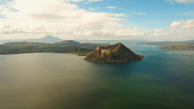 Wewnątrz tego stożka znajduje się kolejne jezioro (o nazwie Crater Lake), a na jego środku – następna wysepka