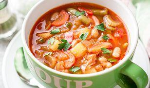 Letnia zupa minestrone z pęczakiem