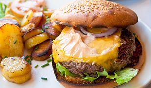 Burger wołowy z pikantną salsą i serem. Solidna porcja pysznego jedzenia