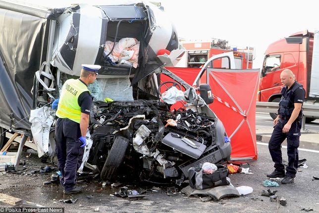 Wypadek na A4. Kierowca auta dostawczego, mimo reanimacji, zmarł