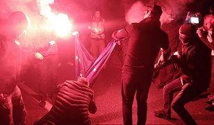 Za spaleniem flagi stoją działacze Młodzieży Wszechpolskiej