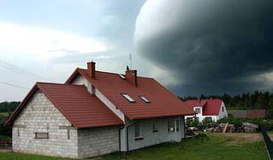 Sygnałem, że zbliża się niebezpieczeństwo, jest obecność na przodzie chmury burzowej wału szkwałowego