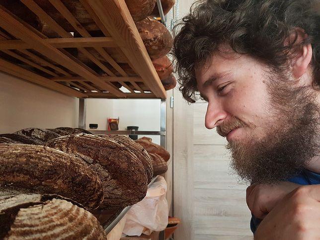 Inżynier, pasjonat chleba. Karol wraz z Martą zaprasza po bochenki, które smakują jak u babci