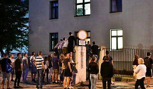 Świdnica, 16.06.2019. Ludzie zgromadzeni przed prokuraturą, gdzie trwa przesłuchanie mężczyzny zatrzymanego ws. zabójstwa Kristiny