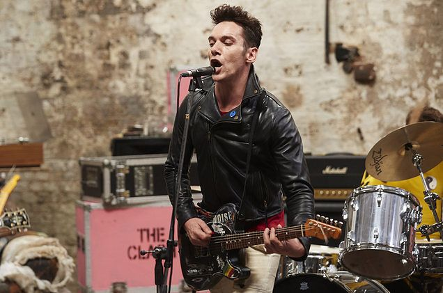 "Jonathan Rhys Meyers gra ""Clash City Rockers"""