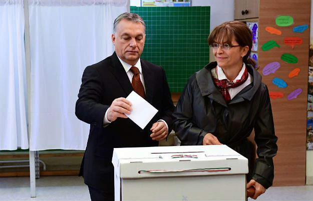Premier Viktor Orban wraz z małżonką oddaje swój głos w referendum