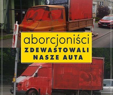 Warszawa. Furgonetki zostały zamalowane czerwoną farbą