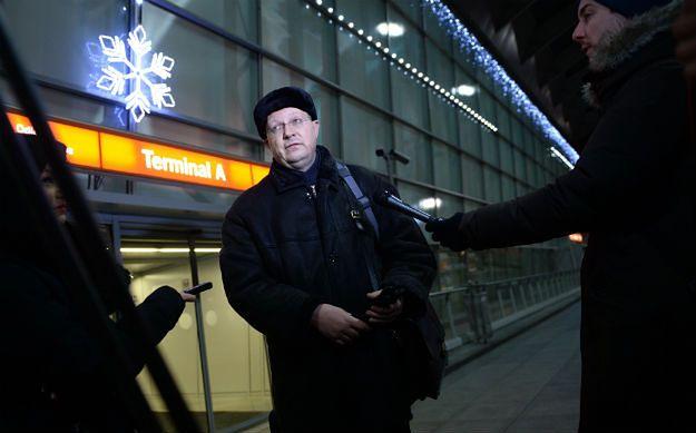 Rosyjski dziennikarz Leonid Swiridow rozmawia z dziennikarzami na warszawskim lotnisku Okęcie