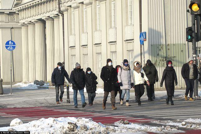 Nowe obostrzenia. Zamknięte hotele na Warmii i Mazurach. Koniec z przyłbicami i szalikami (fot. East News)