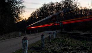 Rowerzysta ominął zapory i wjechał pod nadjeżdżający pociąg