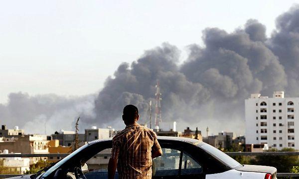 Dym unoszący się nad Trypolisem