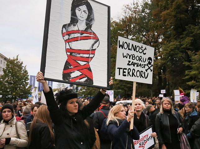 """Dlaczego nikt nie słucha Polek? Kobiety demonstrują, rząd robi swoje, prof. Chazan jest """"zadowolony i pełen optymizmu"""""""