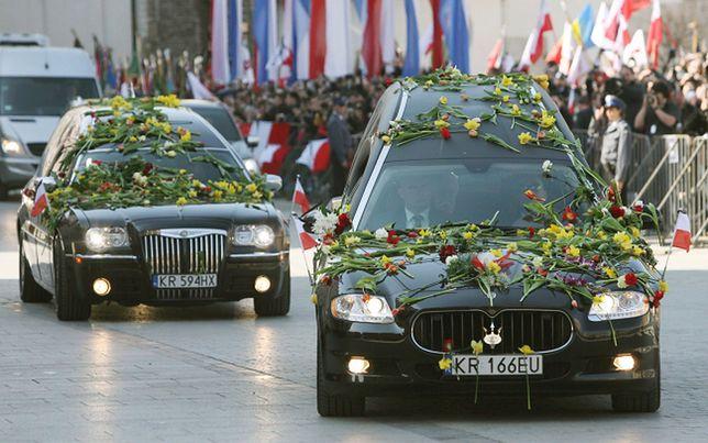 Trumny z ciałami prezydenta Lecha Kaczyńskiego i jego żony Marii Kaczyńskiej przewożone w kondukcie żałobnym z krakowskiego lotniska Balice na Rynek Główny, do Bazyliki Mariackiej