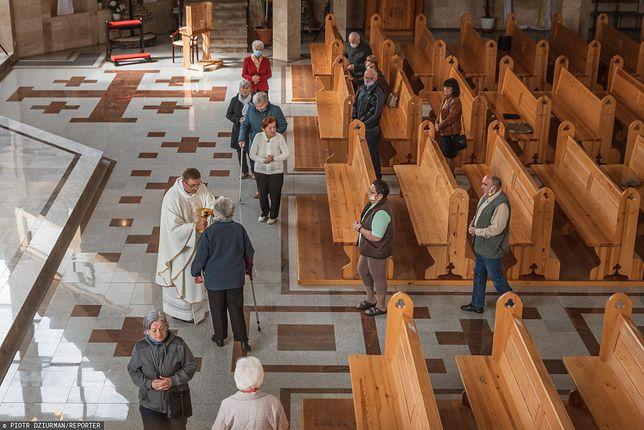 Spada liczba osób, które regularnie biorą udział w uroczystościach kościelnych (East News)