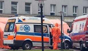 Koronawirus w Warszawie. Specjalne namioty rozstawione pod szpitalem MSWiA.