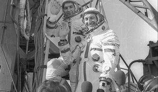 Piotr Klimuk i Mirosław Hermaszewski przed wejściem na pokład Sojuz 30