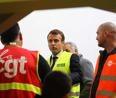 Emmanuel Macron rozmawia ze związkowcami w fabryce Whirlpool w Amiens